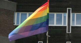 Amstelveen hijst regenboogvlag als statement tegen de Nashville-verklaring