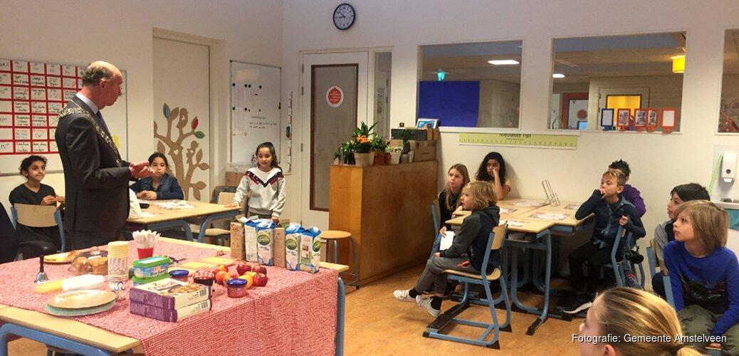 Amstelveense burgemeester eet ontbijt mee met kinderen van basisschool