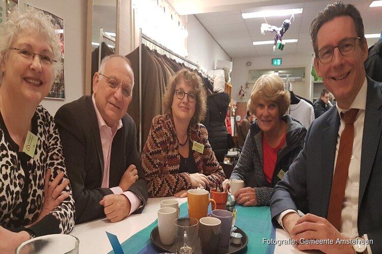 Burgemeester Tjapko Poppens op bezoek bij Kledingbank