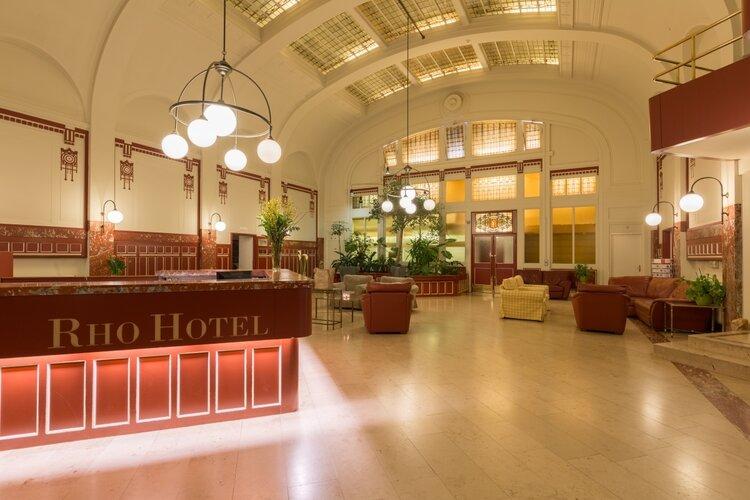 Enthousiaste medewerkers voor de Hotelkamerschoonmaak bij Rho Hotel