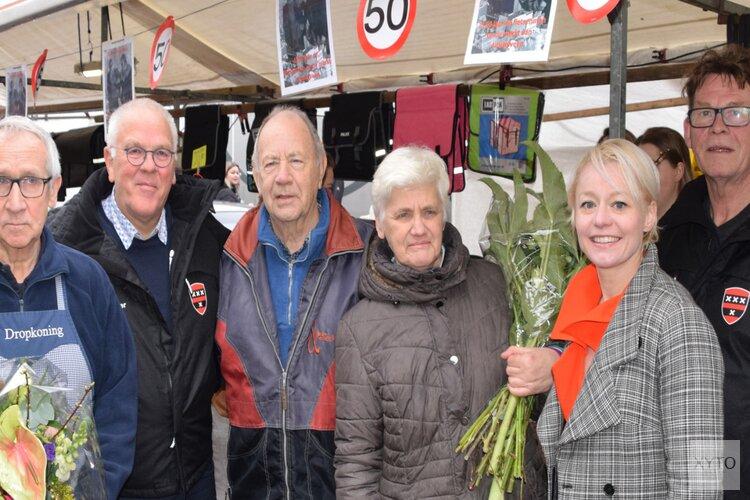 Wethouder Economische Zaken feliciteert 2 marktkooplieden met 50-jarig jubileum