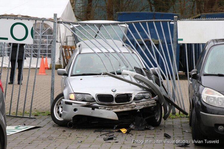 Auto door hek bij kringloopwinkel