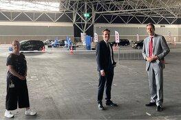 Burgemeester en wethouder bezoeken COVID teststraat RAI