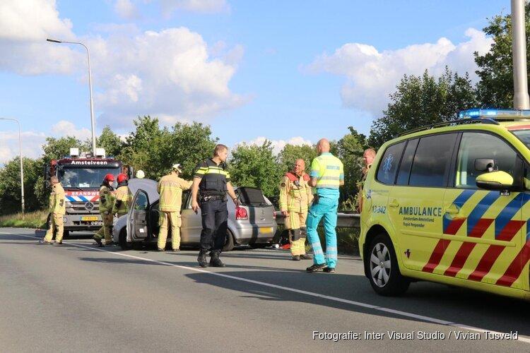 Auto ramt vangrail en rolt over de kop in Amstelveen