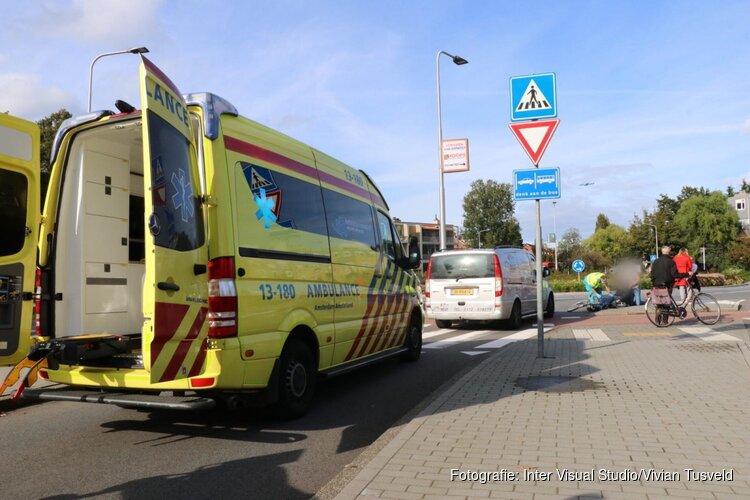 Fietser raakt gewond bij botsing op rotonde Amstelveen, slachtoffer naar ziekenhuis gebracht