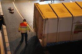 Vrachtwagen verliest container, verkeer via vluchtstrook op A9 bij Badhoevedorp